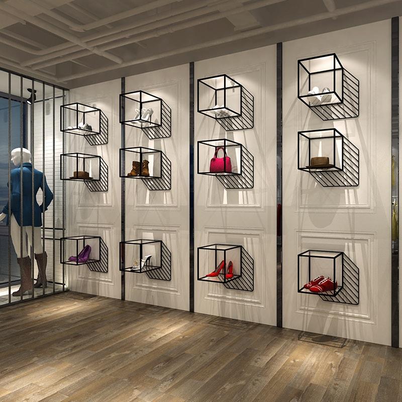 Стеклянные и металлические витрины магазинов для одежды